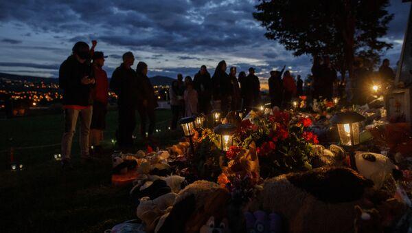 Људи одају почаст на месту где су нађени посмртни остаци 215 деце староседелачких народа у Канади - Sputnik Србија