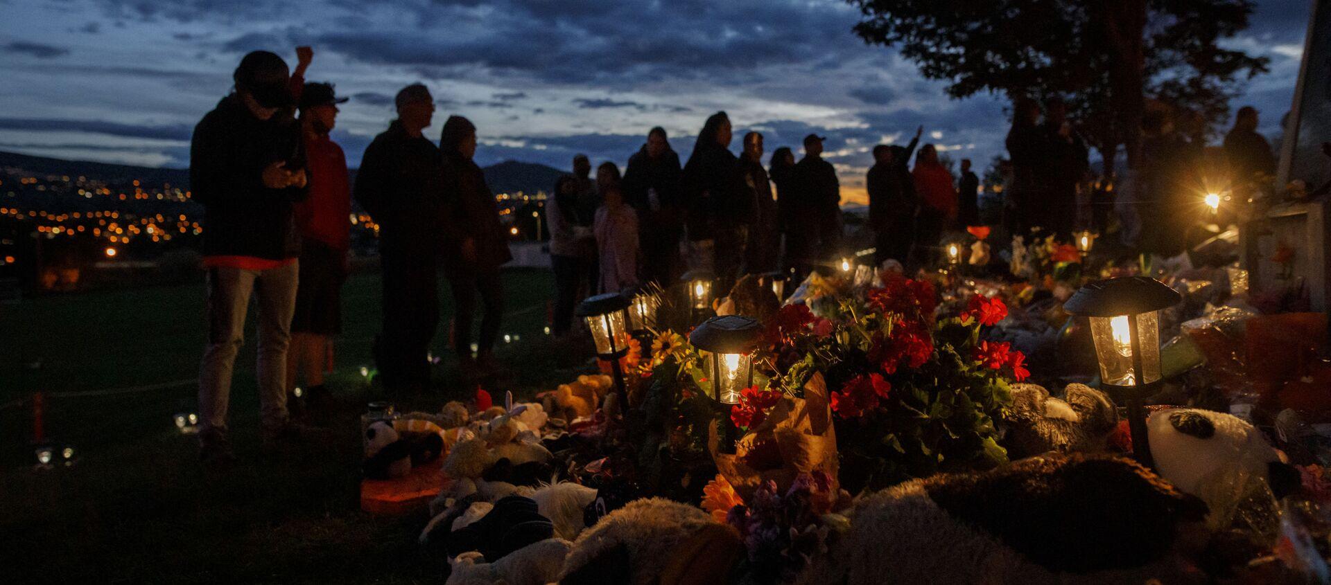 Ljudi odaju počast na mestu gde su nađeni posmrtni ostaci 215 dece starosedelačkih naroda u Kanadi - Sputnik Srbija, 1920, 25.06.2021