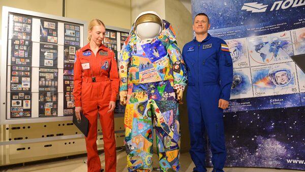 Руски космонаут и његова колегиница са скафандером Сањар  - Sputnik Србија