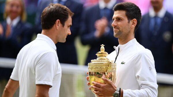 Rodžer Federer i Novak Đoković posle finala Vimbldona 2019. godine - Sputnik Srbija