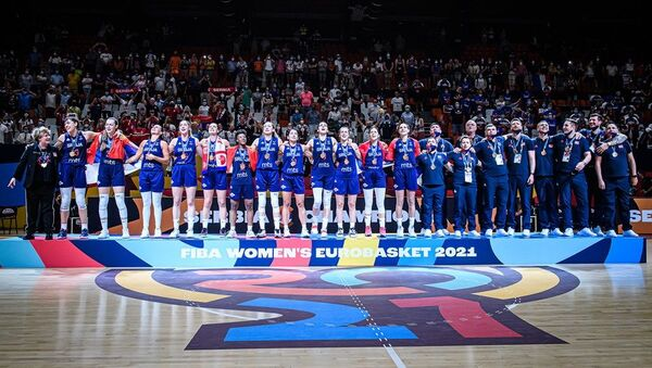 Srpske košarkašice tokom intoniranja himne nakon osvajanja zlatne medalje na Evropskom prvenstvu - Sputnik Srbija