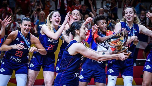 Srpske košarkašice na pobedničkom postolju i kapiten Jelena Bruks sa peharom - Sputnik Srbija