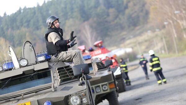 Specijalne policijske snage na mestu eksplozije u skladištu municije u selu Vrbjetice u Češkoj - Sputnik Srbija