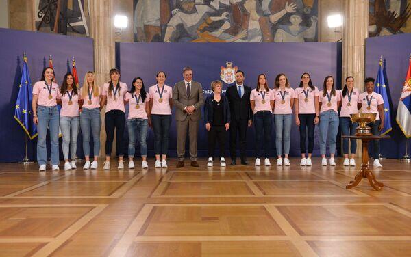 Кошаркашице Србије са председником Србије и министром за омладину и спорт - Sputnik Србија