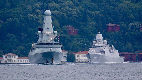 Brodovi holandske ratne mornarice Difender i Evertsen prolaze kroz Bosfor - Sputnik Srbija