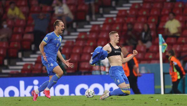 Artem Dovbik slavi gol koji je doneo pobedu Ukrajini nad Švedskom u osmini finala Evropskog prvenstva - Sputnik Srbija