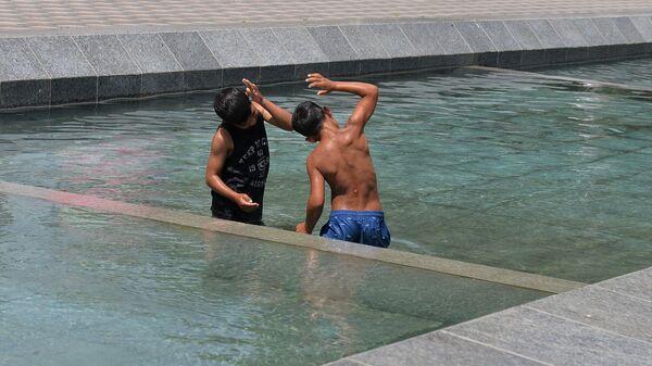 Kupanje u fontani - Sputnik Srbija