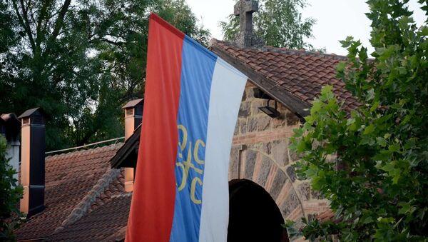 Застава изнад главних улазних врата у порти манастира Грачаница - Sputnik Србија