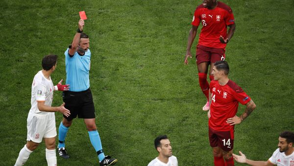 Sudija Oliver pokazuje crveni karton fudbaleru Švajcarske Frojleru - Sputnik Srbija
