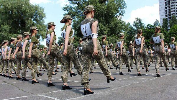 Pripadnice vojske Ukrajine marširaju u štiklama - Sputnik Srbija