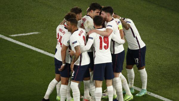 Фудбалери Енглеске прослављају гол против Украјине - Sputnik Србија