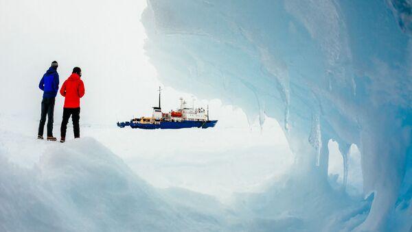 Brod Akademik Šokalski u ledu na Antarktiku - Sputnik Srbija