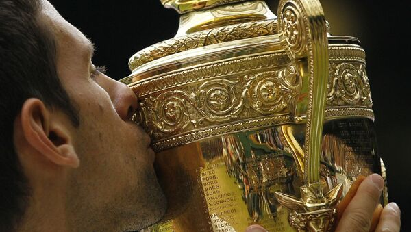 Novak Đoković sa trofejem Vimbldona 2011. - Sputnik Srbija