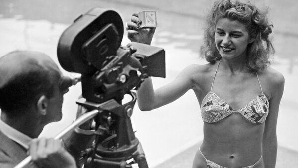 Kandidat za titulu najlepše kupačice pred filmskom kamerom u pariskom bazenu Molitor, 1946 - Sputnik Srbija