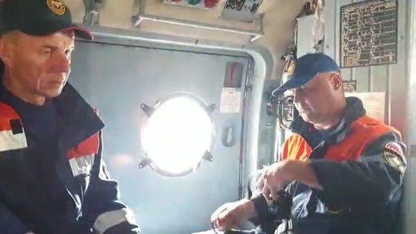 Pripadnici spasilačke službe Ministarstva za vanredne situacije Rusije tokom potrage za olupinom aviona An-26 - Sputnik Srbija