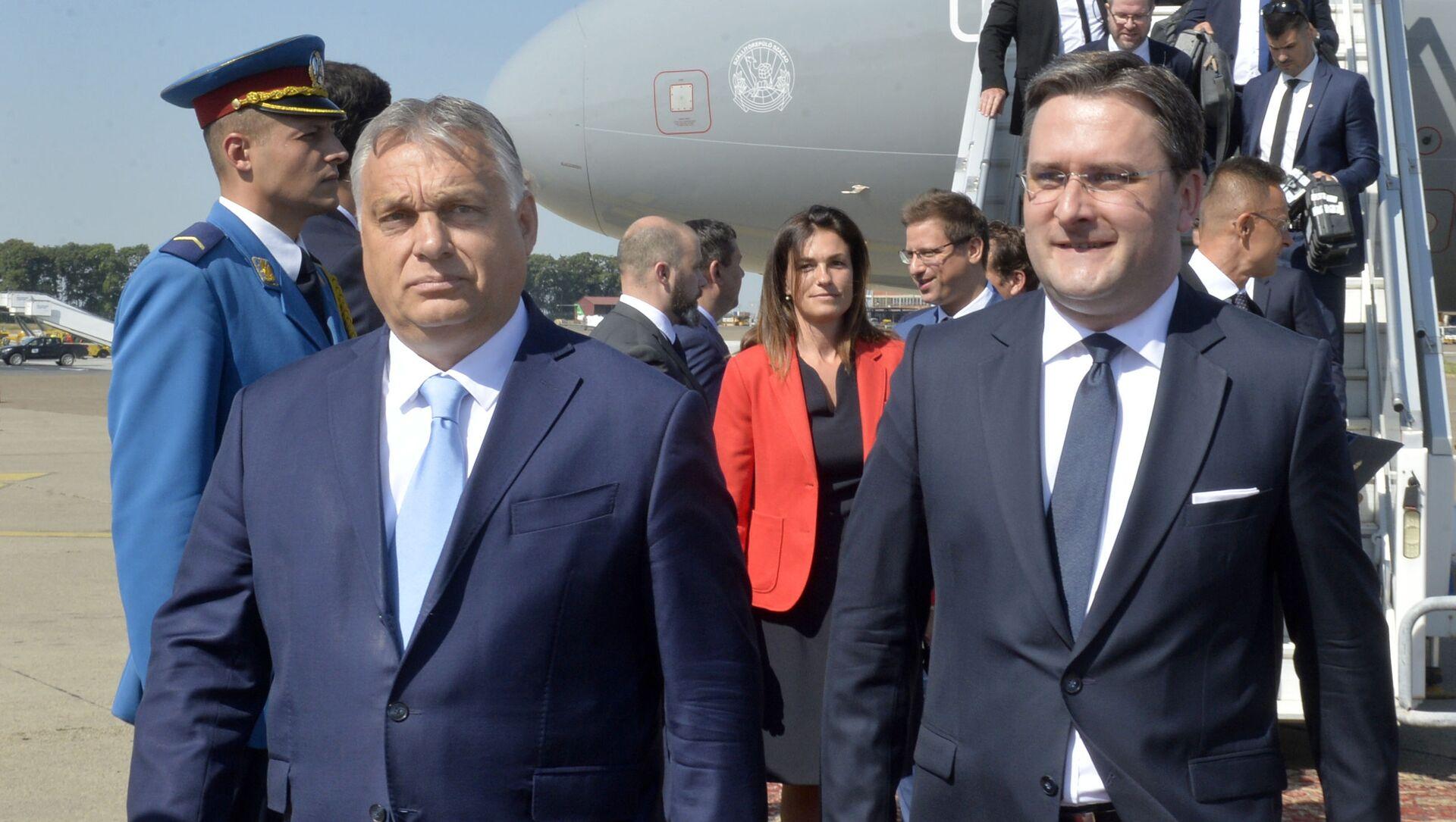 Виктор Орбан на београдском аеродрому са Николом Селаковићем - Sputnik Србија, 1920, 08.07.2021