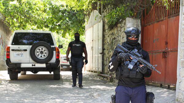 Припадници хаићанске полиције испред председничке палате у престоници Порт О Пренсу - Sputnik Србија