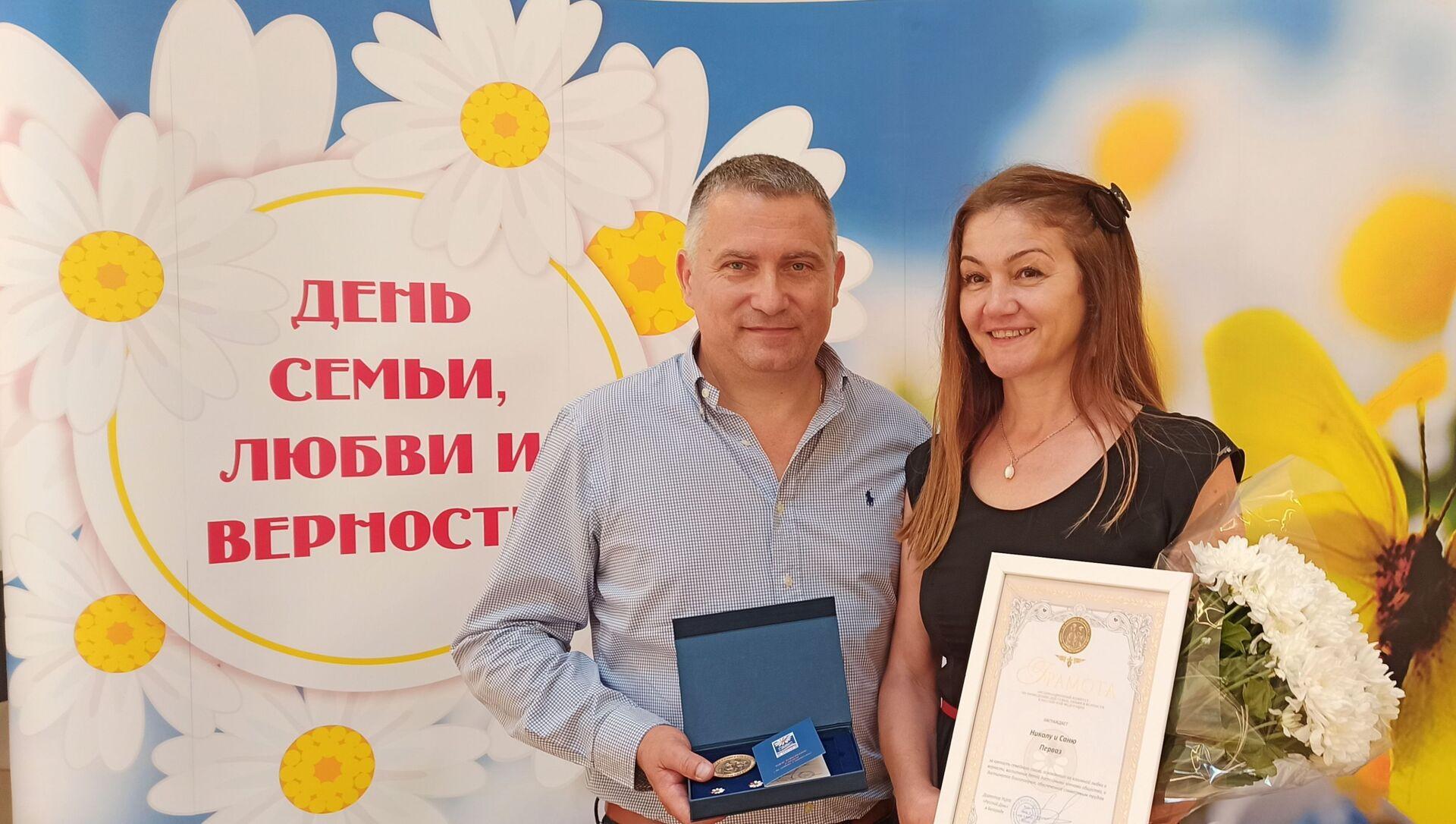 Sanja i Nikola Pervaz iz Novog Sada u braku su punih 30 godina. - Sputnik Srbija, 1920, 08.07.2021