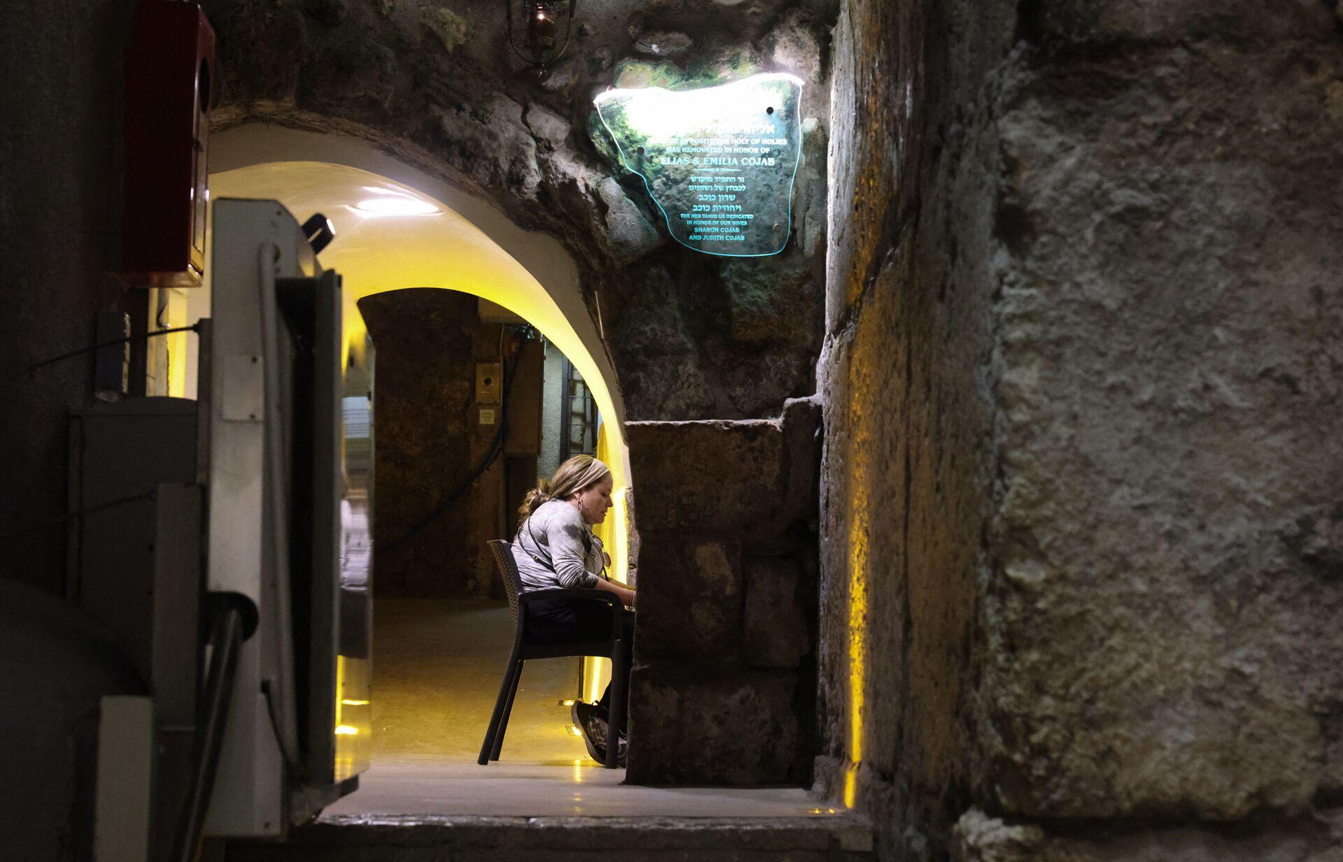Jevrejka se moli pred podzemnim delom Zapadnog zida u Jerusalimu, 8. jula 2021. - Sputnik Srbija, 1920, 13.07.2021