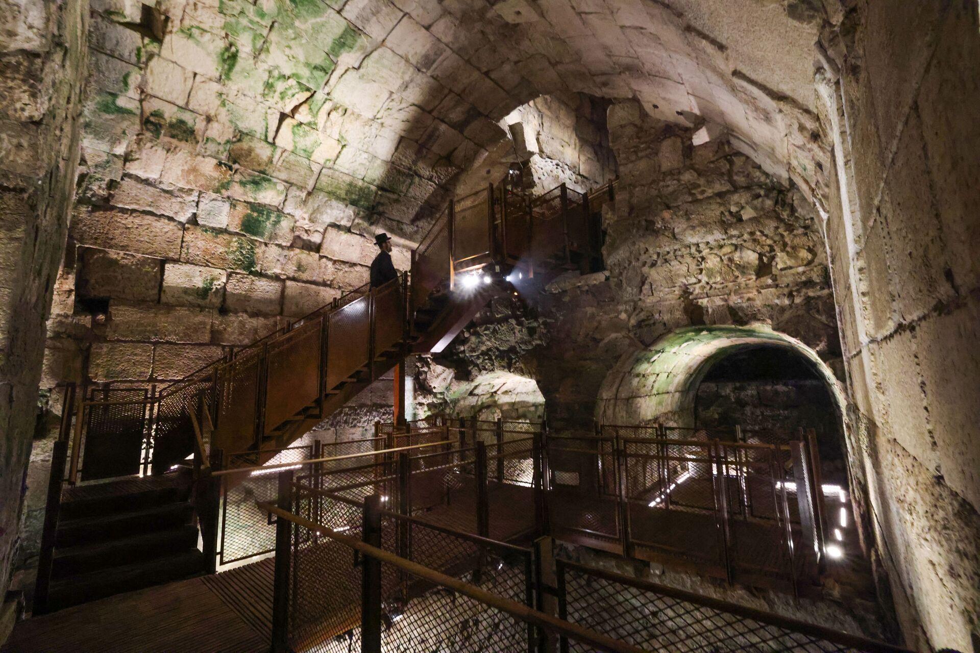 Jevrejin posmatra delove javne zgrade iz perioda Drugog hrama (516. p.n.e. – 70. n.e.) koja se smatra jednom od najluksuznijih do danas nađenih - Sputnik Srbija, 1920, 13.07.2021