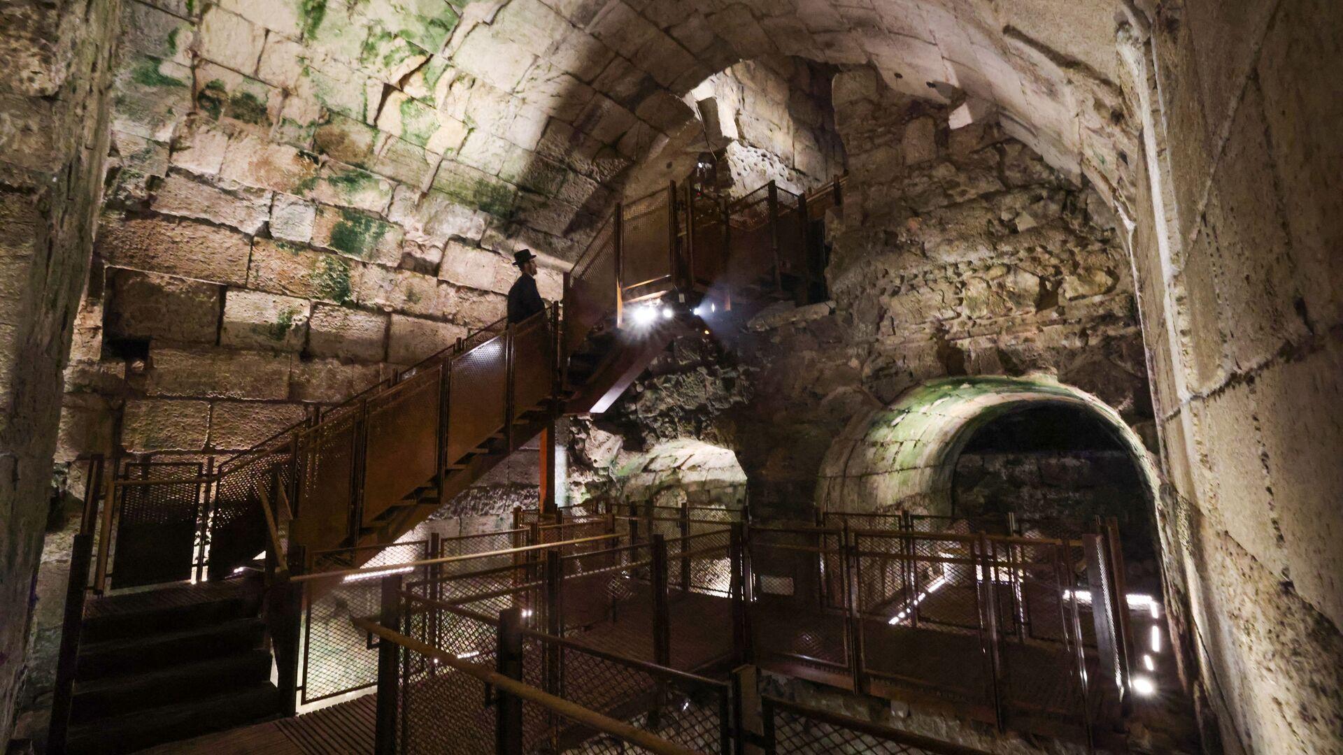 Jevrejin posmatra delove javne zgrade iz perioda Drugog hrama (516. p.n.e. – 70. n.e.) koja se smatra jednom od najluksuznijih do danas nađenih - Sputnik Srbija, 1920, 12.07.2021