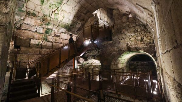 Јеврејин посматра делове јавне зграде из периода Другог храма (516. п.н.е. – 70. н.е.) која се сматра једном од најлуксузнијих до данас нађених - Sputnik Србија