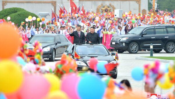 Lider Severne Koreje Kim Džong Un i kineski lider Si Đinping tokom sastanka u Pjongjangu u Severnoj Koreji - Sputnik Srbija