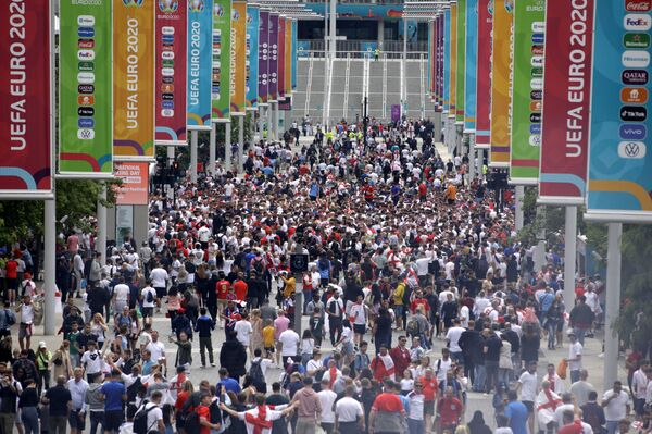 Навијачи испред стадиона Вембли у Лондону - Sputnik Србија