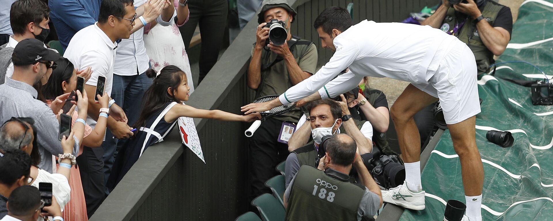 Новак Ђоковић поклања рекет девојчици која је навијала за њега у финалу Вимблдона - Sputnik Србија, 1920, 11.07.2021