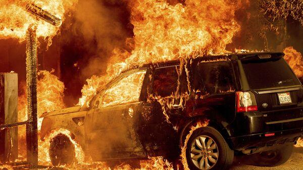 Automobil izgoreo u požaru - Sputnik Srbija