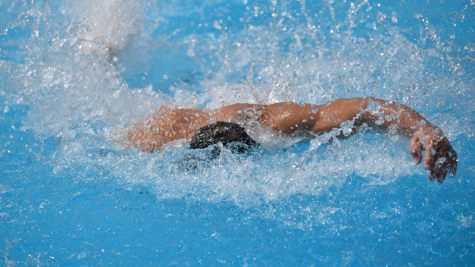 Plivač u bazenu - Sputnik Srbija, 1920, 27.07.2021