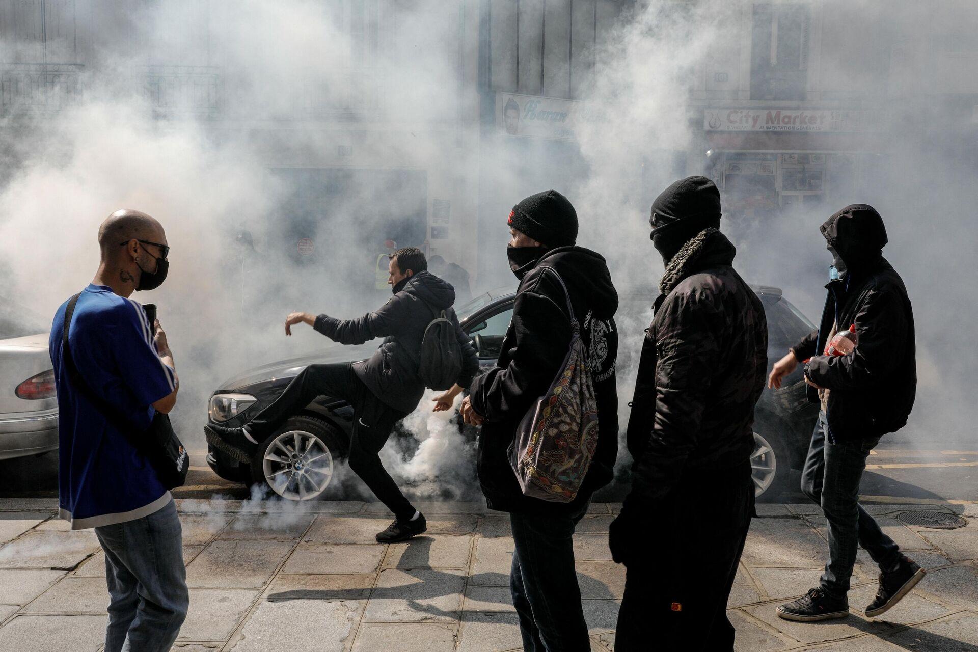 Француска полиција бацила сузавац на демонстранте у Паризу. - Sputnik Србија, 1920, 15.07.2021