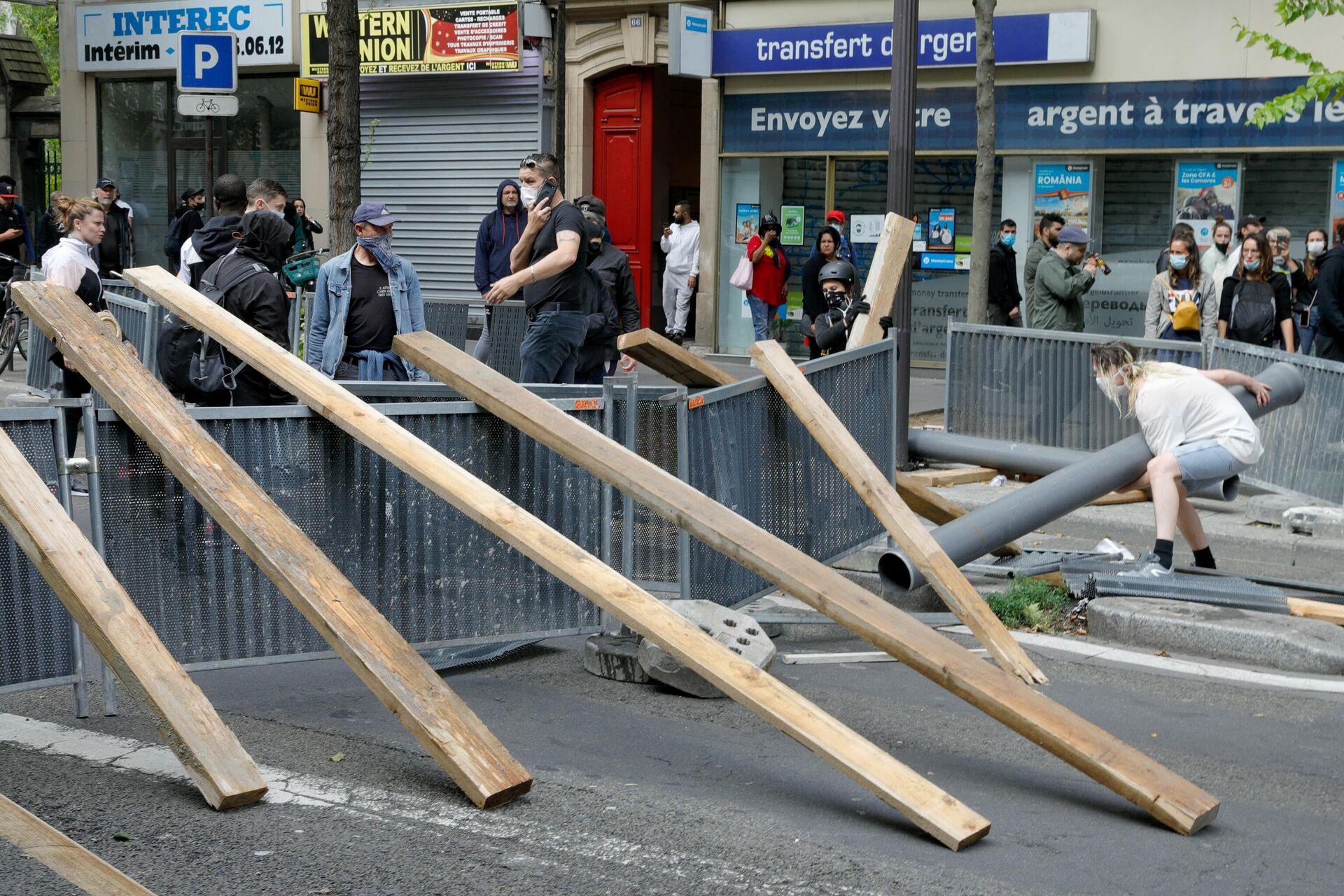 Демонстранти на улицама Париза поставили барикаде. - Sputnik Србија, 1920, 15.07.2021