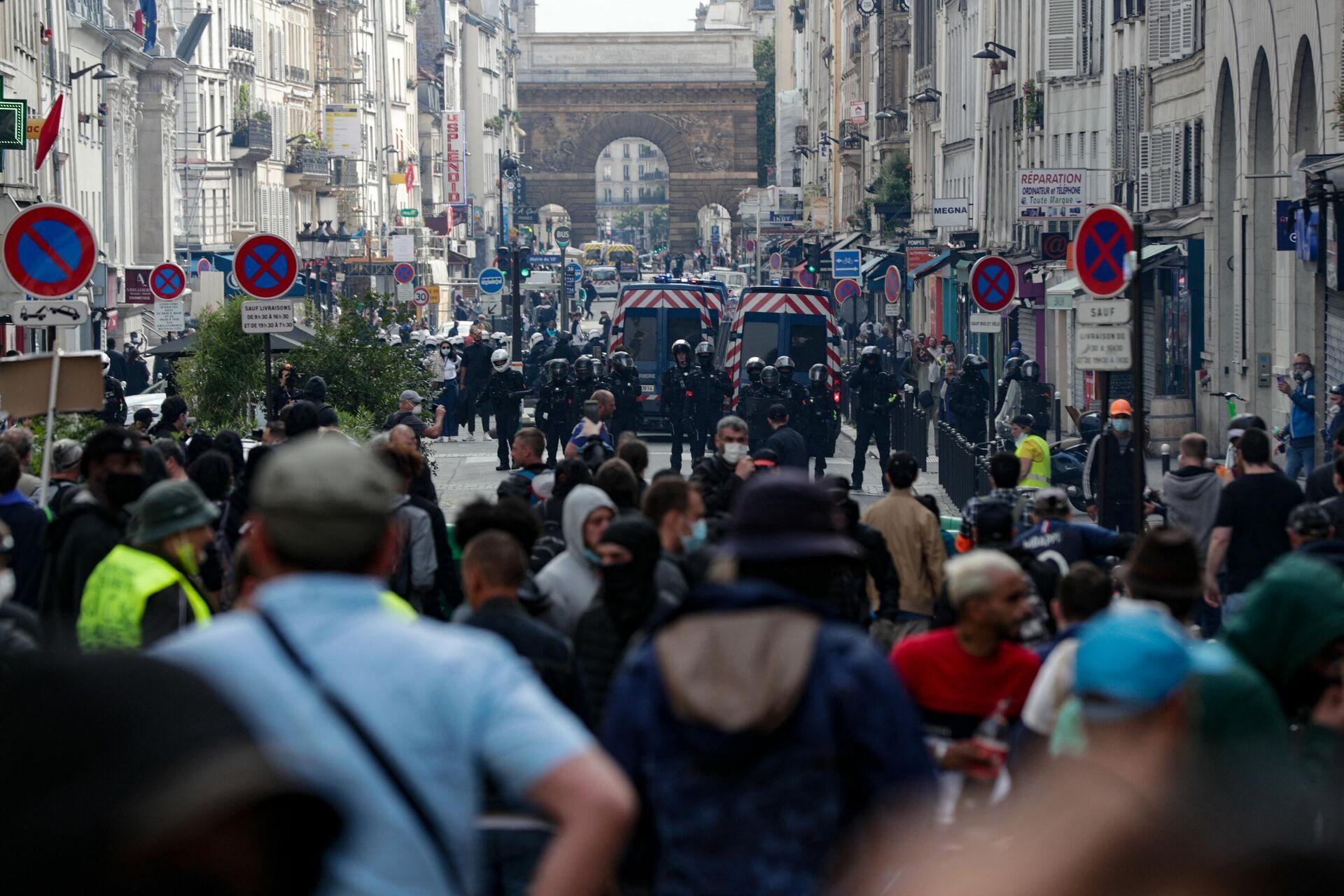 Протести у Париз због најаве да ће се за улазак у барове тражити потврда о вакцинацији. - Sputnik Србија, 1920, 15.07.2021