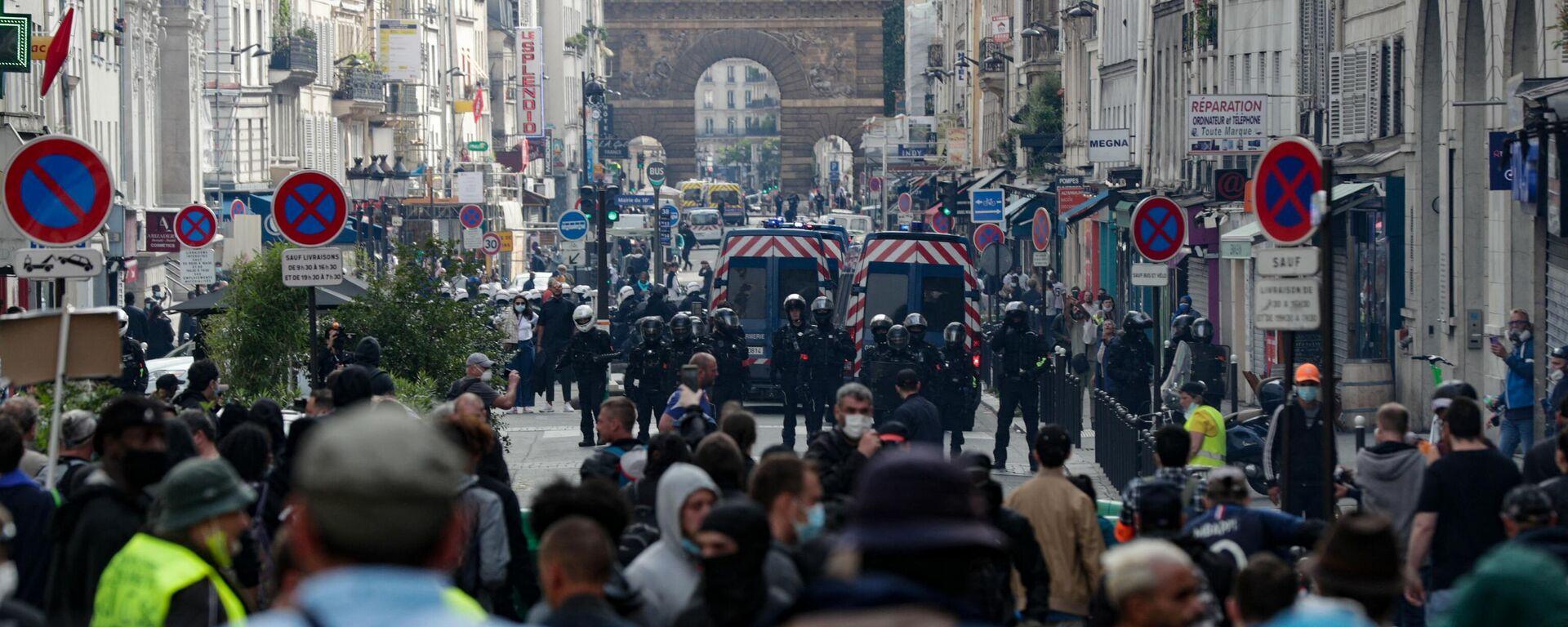 Протести у Париз због најаве да ће се за улазак у барове тражити потврда о вакцинацији. - Sputnik Србија, 1920, 05.08.2021