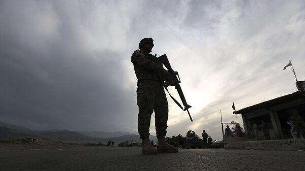 Солдат Афганской национальной армии стоит на страже блокпоста на шоссе Джелалабад-Кабул, Лагман  - Sputnik Србија