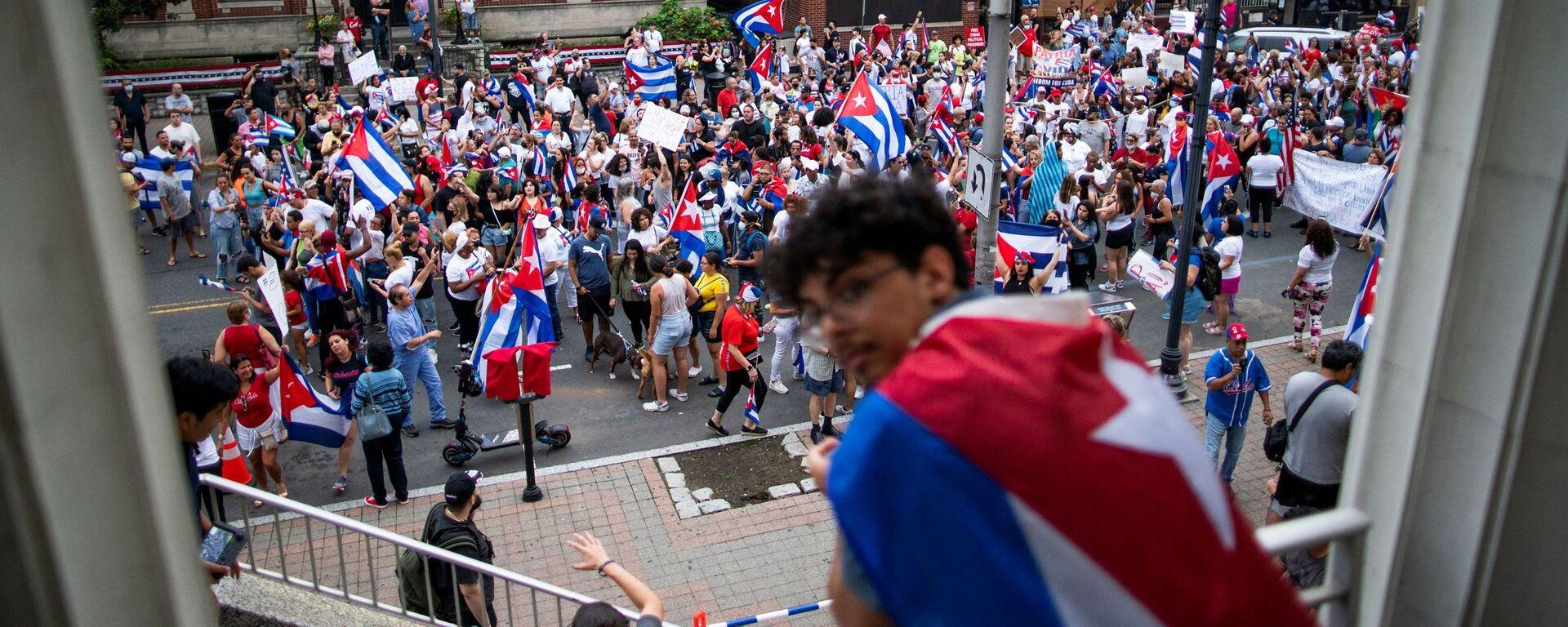 Чланови кубанске заједнице марширају и одговарају на извештаје о протестима Кубе у Њу Џерсију, САД - Sputnik Србија, 1920, 16.07.2021