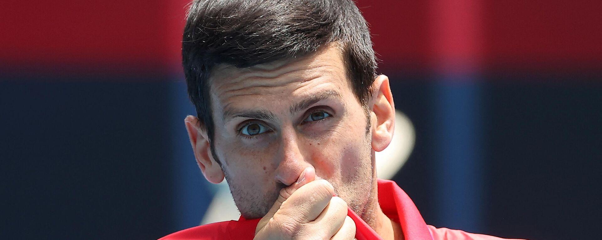 Novak Đoković ljubi grb Srbije tokom ATP kupa 2021. - Sputnik Srbija, 1920, 24.07.2021