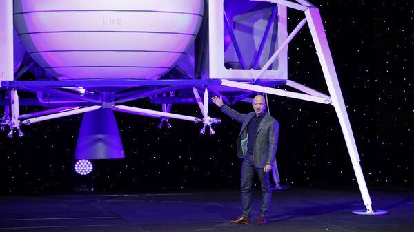 Джефф Безос выступает перед моделью лунного посадочного модуля Blue Moon компании Blue Origin - Sputnik Србија