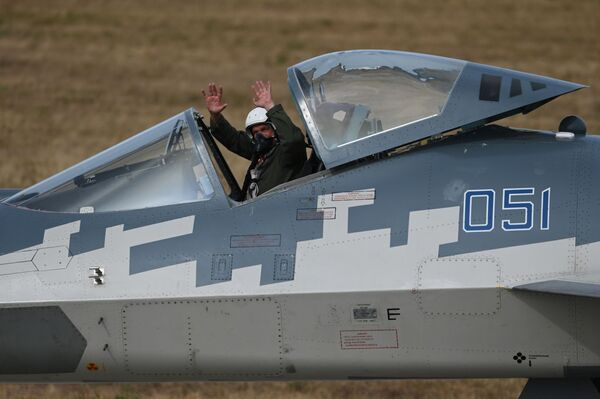 Пилот вишенаменског ловца пете генерације Су-57 поздравља гледаоце након демонстративног лета - Sputnik Србија