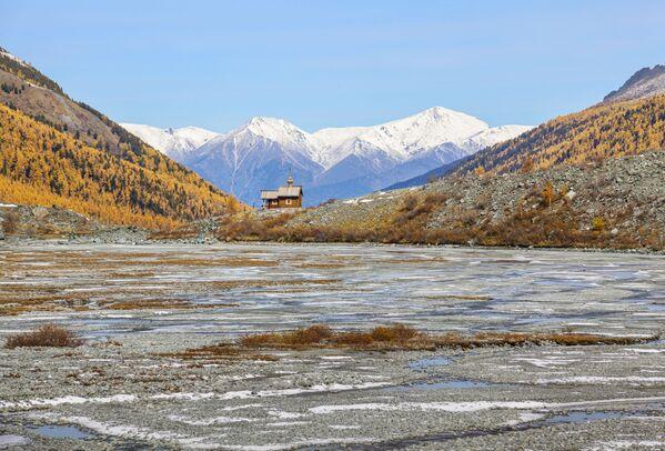 """Аутор – Иван Лукасевич.""""То је капела која је подигнута у знак сећања на оне који се нису вратили са планина – алпинисте, туристе, спасиоце. Изграђена је пре неколико година на више од 200 метара надморске висине насупрот највише тачке Алтаја – планине Белуха (4.509 метара надморске висине)"""", рекао је фотограф.Црква је изгорела 2020. године, али ентузијасти планирају да је обнове. - Sputnik Србија"""