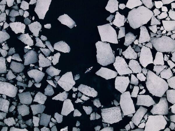 Аутор – Дмитриј КупрацевичОстрво Бајкал – највећи природни резервоар слатке воде на свету. Од јануара до маја прекривен је прозрачним као стакло ледом, најлепшим на планети. - Sputnik Србија