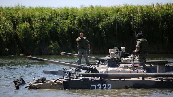 БМП-3 выполняют тактические манёвры на реке Карповка во время показного занятия на полигоне Прудбой Южного военного округа в Волгоградской области - Sputnik Србија