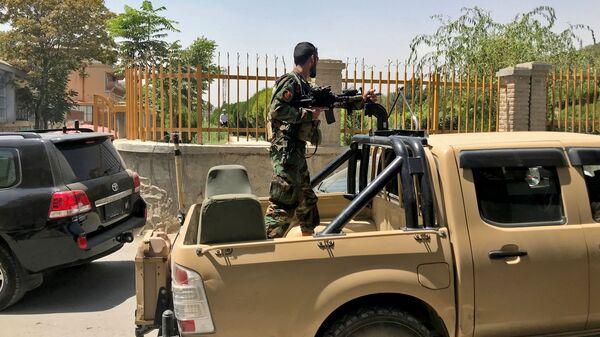 Авганистански војник на улицама Кабула  - Sputnik Србија