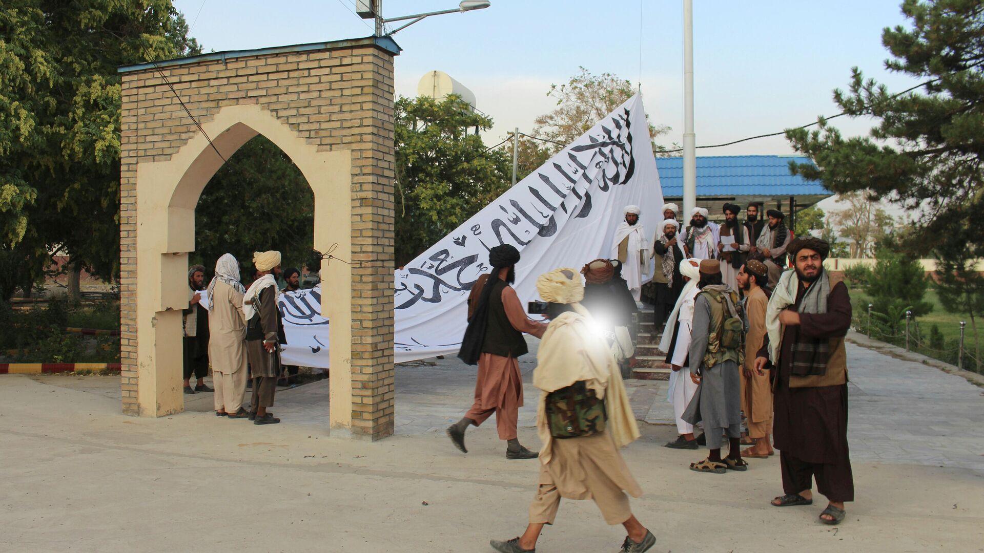 Talibani razvijaju svoju zastavu na guvernerovoj palati u Gazniju na jugoistoku Avganistana - Sputnik Srbija, 1920, 25.09.2021