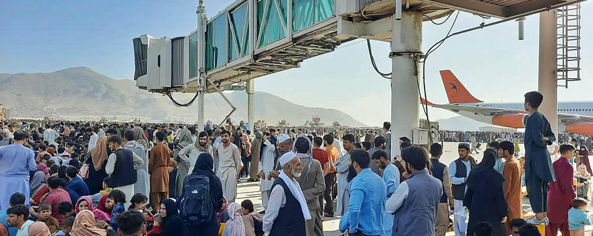 Авганистанци на аеродрому у Кабулу - Sputnik Србија, 1920, 16.08.2021