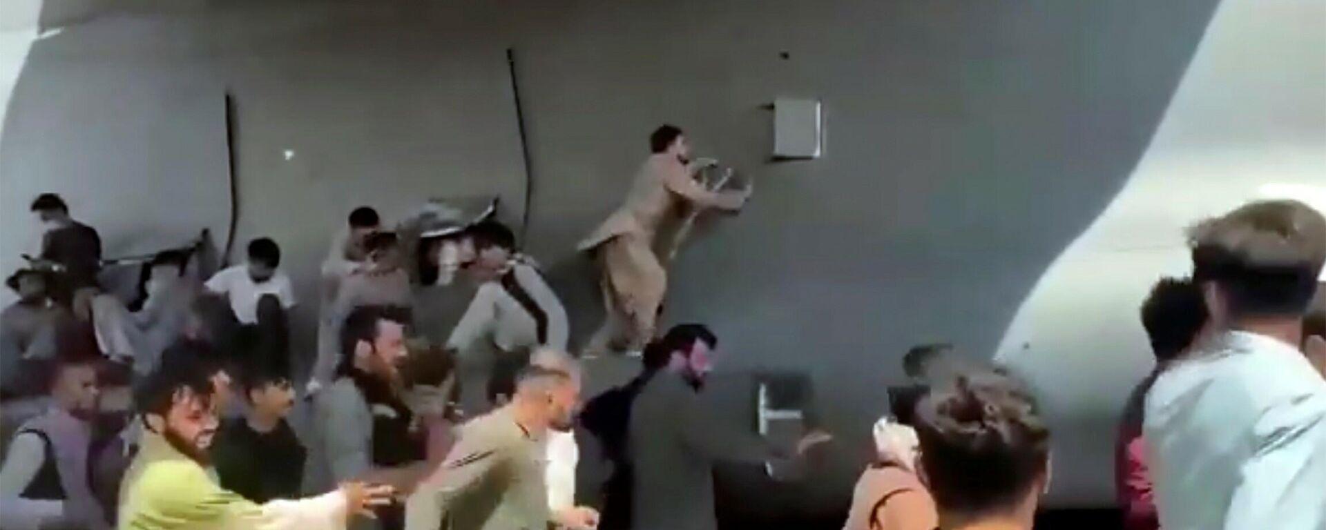 Avganistanci pokušavaju da se ukrcaju u avion u pokretu - Sputnik Srbija, 1920, 17.08.2021