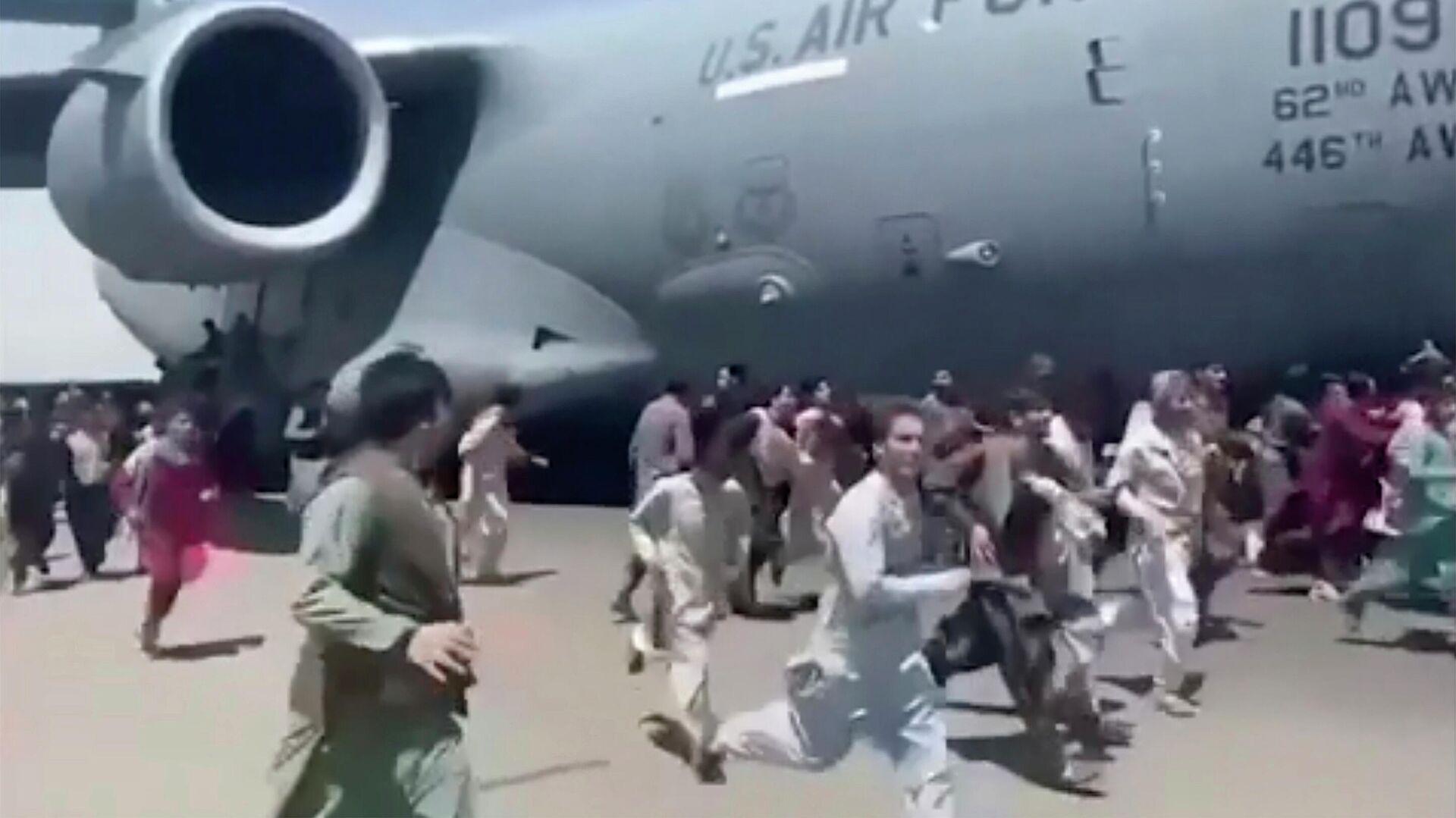 Avganistanci trče pored aviona na aerodromu u Kabulu - Sputnik Srbija, 1920, 18.08.2021