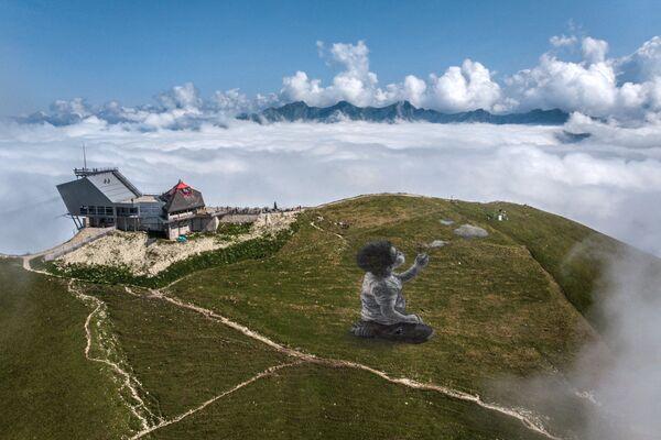 Џиновска фреска у стилу ленд-арта француског уметника Гијома Легроа на планини Молезон у швајцарским Алпима - Sputnik Србија