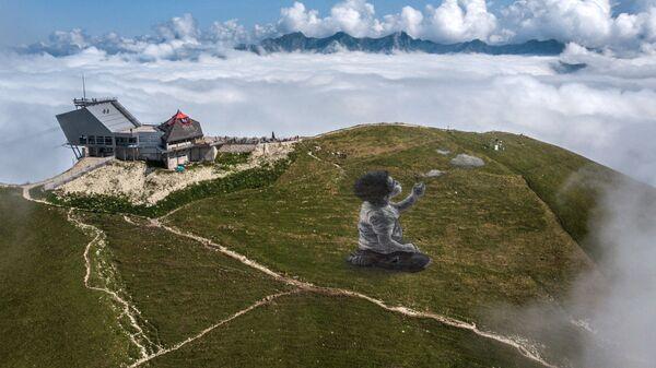 Gigantskaя freska v stile lend-art francuzskogo hudožnika Giйoma Legro na veršine gorы Le Molezon v šveйcarskih Prialьpah - Sputnik Srbija
